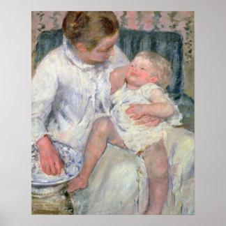 Madre alrededor para lavar a su niño soñoliento, 1 impresiones