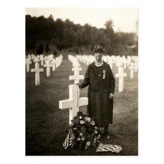 Madre americana de WWI en sus hijos graves en Fran Postales