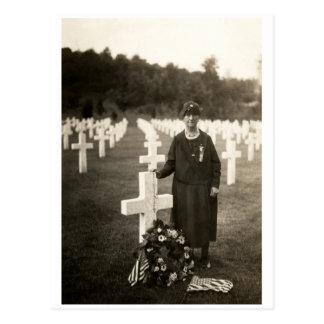 Madre americana de WWI en sus hijos graves en Fran Tarjetas Postales