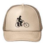 Madre con la bicicleta del montar a caballo del ni gorra