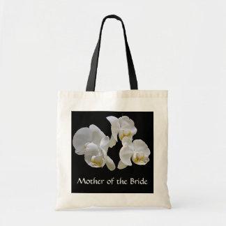 Madre de la novia con las orquídeas blancas en neg bolsas