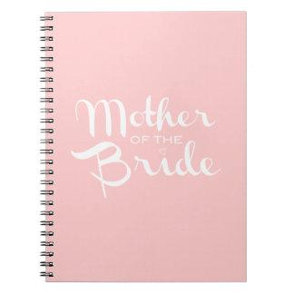 Madre del blanco de la novia en rosa cuadernos