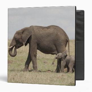 """Madre del elefante africano con caminar del bebé carpeta 1 1/2"""""""