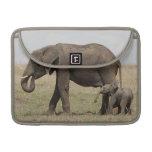 Madre del elefante africano con caminar del bebé funda para macbook pro