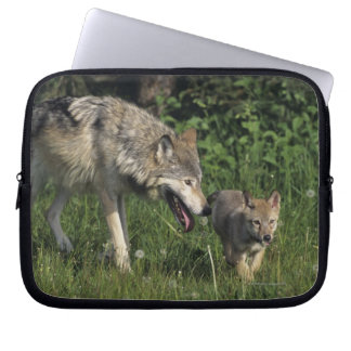 Madre del lobo con el perrito joven funda ordendadores