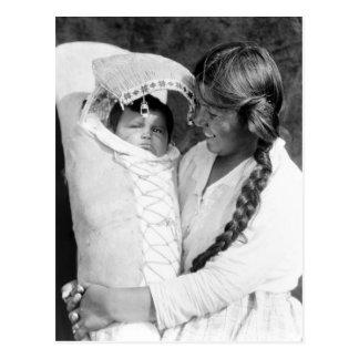 Madre del nativo americano con su Papoose Postal