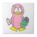 Madre del pingüino que celebra el bebé y la botell azulejo