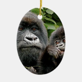 Madre del Ugandan y gorila del bebé Adorno Ovalado De Cerámica
