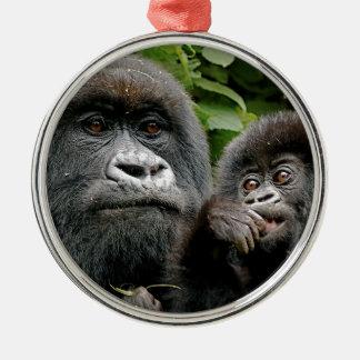 Madre del Ugandan y gorila del bebé Adorno Redondo Plateado