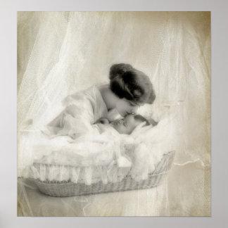 Madre del vintage que besa al bebé en cuna póster