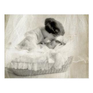 Madre del vintage que besa al bebé en cuna tarjetas postales