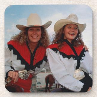 Madre e hija adolescente (14-16) en el rodeo, posavasos de bebidas