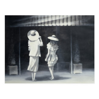 Madre e hija fuera de un restaurante tarjeta postal