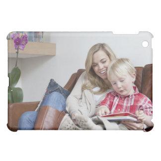 Madre e hijo que se sientan en el sofá junto