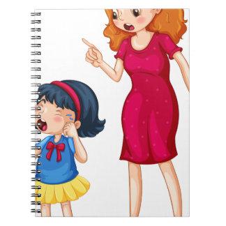 Madre enojada que grita en la hija gritadora libretas espirales