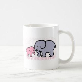 Madre gris y elefante rosado del bebé taza
