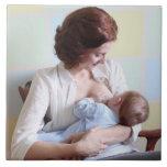 madre joven pecho-que alimenta a su bebé azulejo cuadrado grande