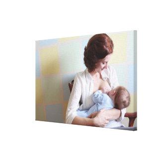 madre joven pecho-que alimenta a su bebé impresión en lona