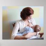 madre joven pecho-que alimenta a su bebé posters