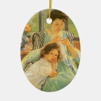 Madre joven que cose por Mary Cassatt Adorno Ovalado De Cerámica
