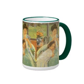 Madre joven que cose por Mary Cassatt Taza De Café