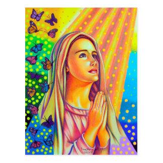 Madre Maria que ruega con la luz desde arriba Postal