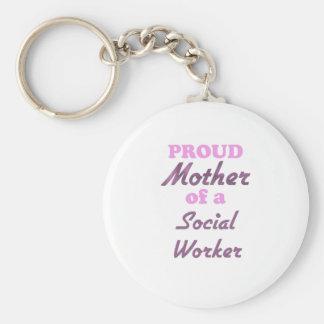 Madre orgullosa de un asistente social llavero