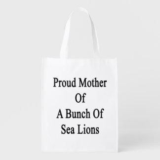 Madre orgullosa de un manojo de leones marinos bolsas para la compra