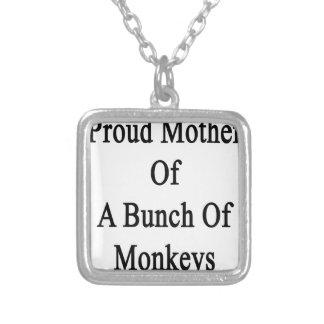 Madre orgullosa de un manojo de monos colgante cuadrado