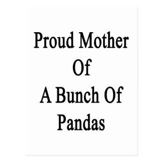Madre orgullosa de un manojo de pandas postales