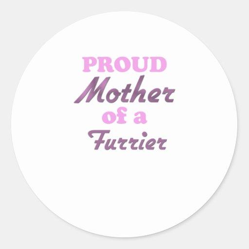 Madre orgullosa de un peletero etiqueta redonda