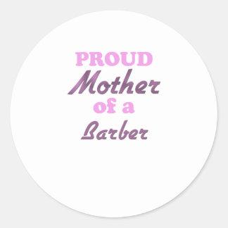 Madre orgullosa de un peluquero etiqueta redonda