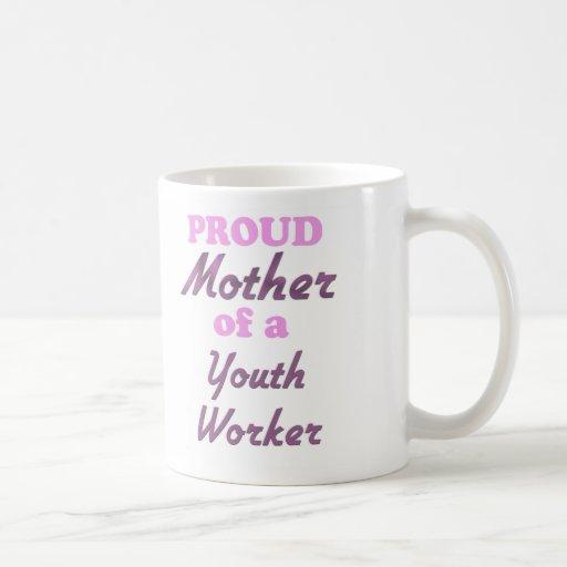 Madre orgullosa de un trabajador de la juventud taza básica blanca