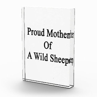 Madre orgullosa de una oveja salvaje