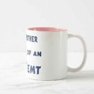Madre orgullosa de una taza de EMT