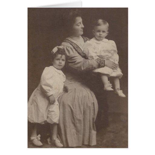 Madre preciosa con la tarjeta de felicitación del