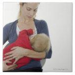 Madre que amamanta a su bebé azulejos