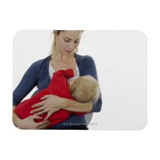 Madre que amamanta a su bebé iman flexible