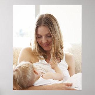 Madre que amamanta a su niño póster