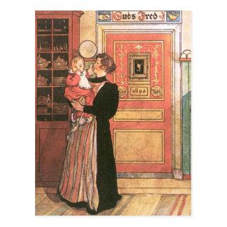 Madre que celebra al bebé en la cocina postal