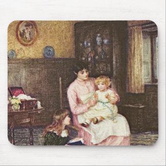 Madre que juega con los niños en un interior alfombrilla de ratones
