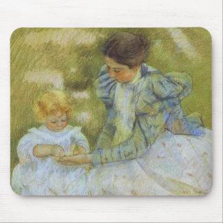 Madre que juega con su niño c 1897 Maria Cassat Tapete De Ratones