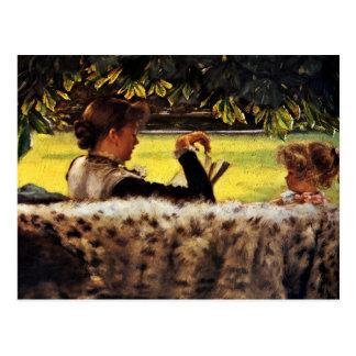 Madre que lee a su niña tarjeta postal