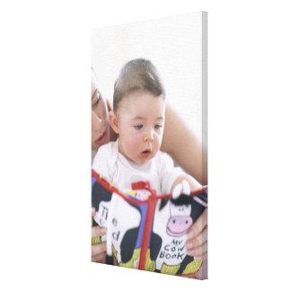 Madre que lee al bebé. Caras de una madre Impresion De Lienzo