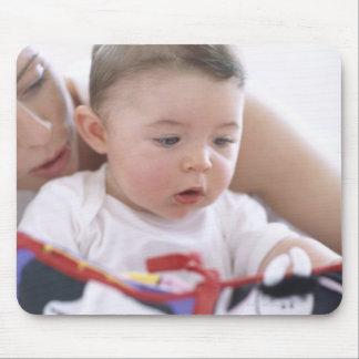Madre que lee al bebé. Caras de una madre Mouse Pads