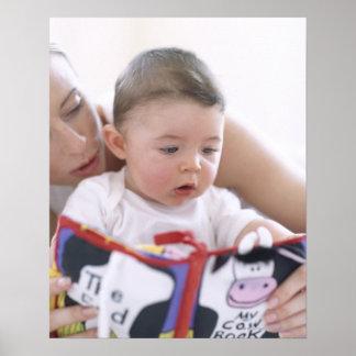 Madre que lee al bebé. Caras de una madre Impresiones