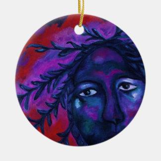 Madre que mira la compasión carmesí y violeta adorno navideño redondo de cerámica