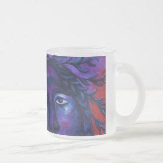 Madre que mira la compasión carmesí y violeta todo taza de café