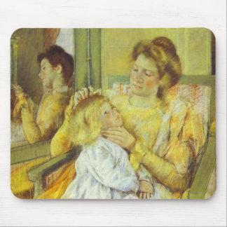 Madre que peina el pelo de su niño 1901 Maria Ca Alfombrilla De Ratones