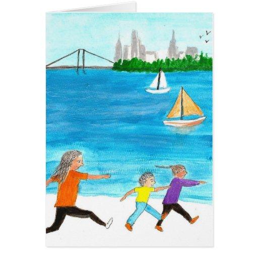 Madre que persigue a sus dos niños en la playa felicitación